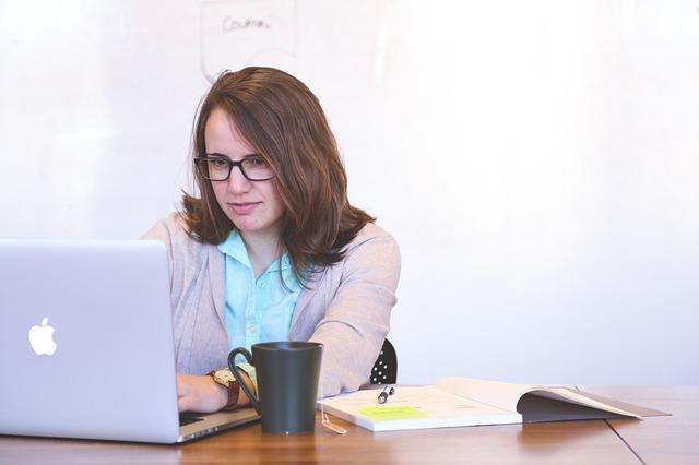 Studentin verdient Geld in Heimarbeit am PC